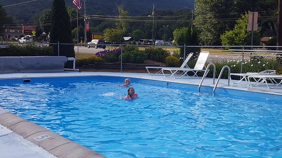 A Holiday Motel: Nice and clean outdoor pool with a scenic view of the high mountain side.