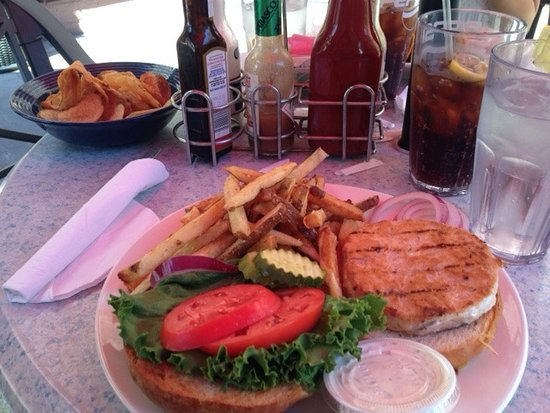 Ballston Spa, Nowy Jork: Salmon burger with homemade fries, chips in background bowl
