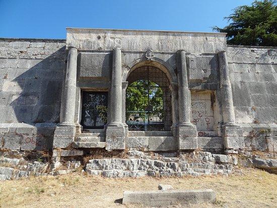 Museo Historico y Naval de Istra: Териитория вокруг музея.