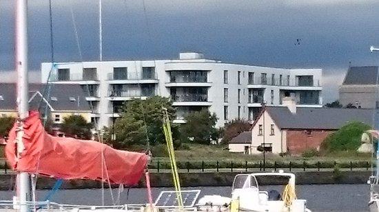 Kilrush, İrlanda: View of apartment from marina