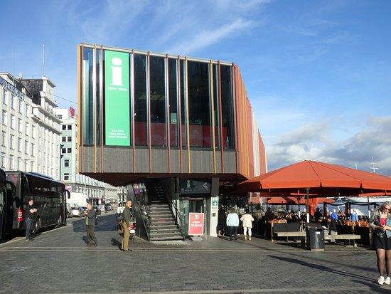 Bergen Tourist Information: 魚市場のすぐ横。ガラス張りの建物で一目で分かる。