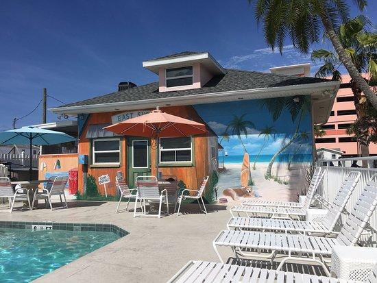 East Shore Resort: Beautiful Mural Pool side!
