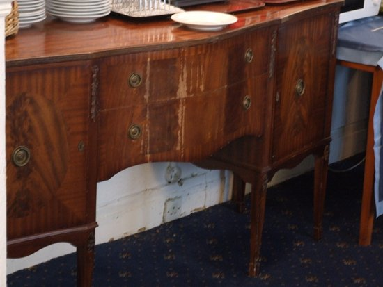 Rivelyn Hotel: Tired dining room furniture.