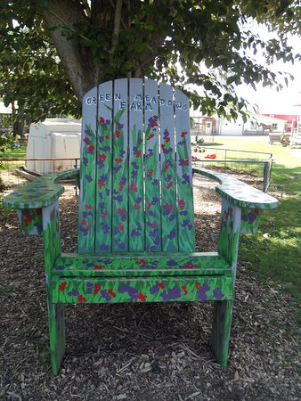 Waterford, WI : Lots of picture spots. This is one. THE BIG CHAIR.