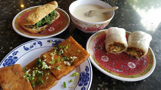 Hacienda Heights, Kaliforniya: Beef and pickled sammie, tarp cake, rice roll and sweet soy milk