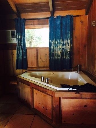 Ojai Rancho Inn: bathtub for 2