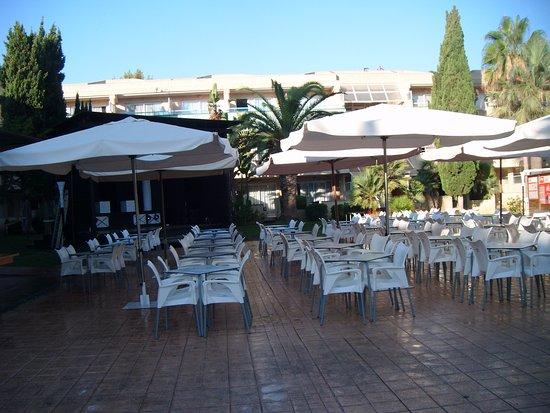 Hotel Ibersol Son Caliu Mar: Terrasse, avec au fond la scène de spectacle