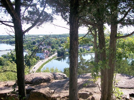 Merrickville, Canadá: Upper Rideau & Westport Pond from Spy Rock