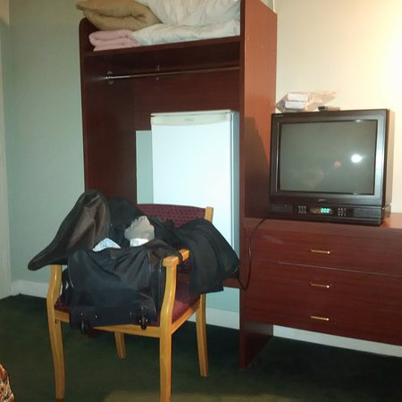 Complexe Hotellier 4 Saisons : TV one station in english, beautiful closet with no hangers and fridge in side