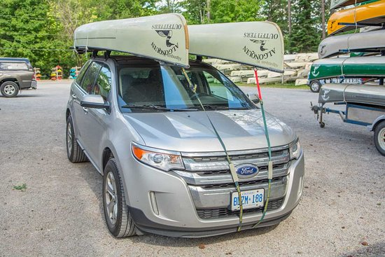 Oxtongue Lake, Canadá: Two canoes on a car with a Yakima Roof Rack