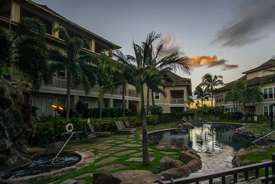 The Villas at Poipu Kai: Perfect pool temp. BBQ by the pool! Great hot tub