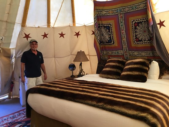 Capitol Reef Resort: Now...this is Glamping...a King Size Bed!