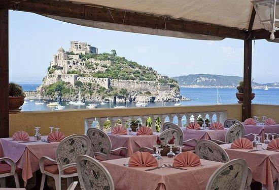 Terrazza ristorante con veduta sul castello foto di ristorante giardino delle ninfe e la - Giardino delle ninfe ischia ...