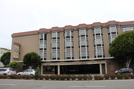 Cow Hollow Inn and Suites: Hotellentré mot Lombard Street