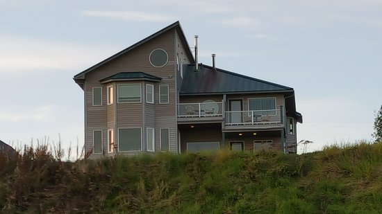 Driftwood Inn & Homer Seaside Lodges: The house from the bluff. Room 30 is top floor on the left. The circle window is the loft.