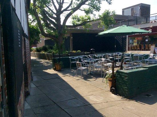 Edenbridge, UK: Outside seating