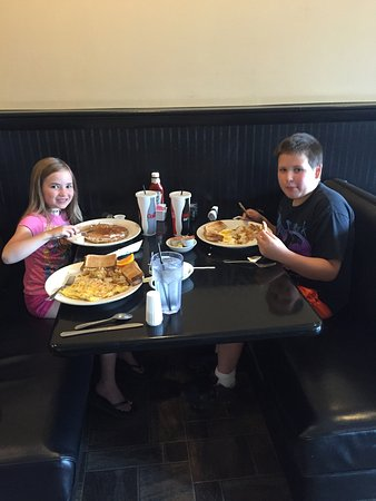 Waynesboro, Pensylwania: Niece and Nephew Outing to Brother's Pizza