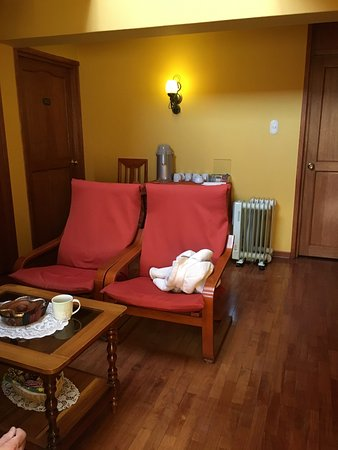 Hotel Torre Dorada: Sitting area with tv and free tea