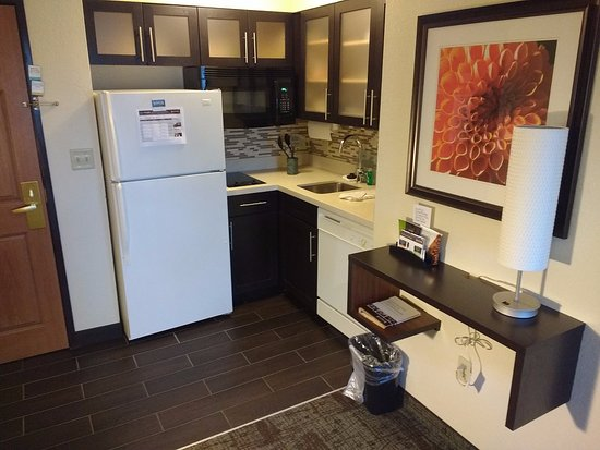 Staybridge Suites Hotel Tulsa - Woodland Hills: Cozinha dentro do apartamento.