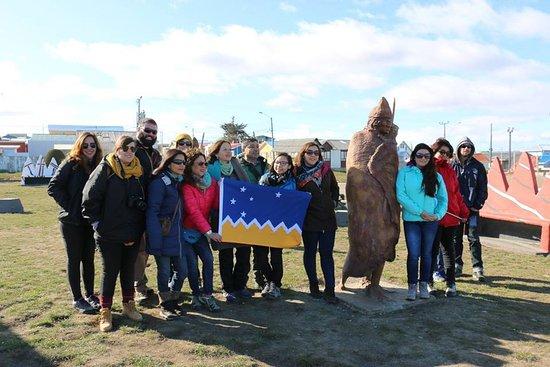 Tierra del Fuego, Chile: Foto grupal en la Plaza Selknam en Porvenir