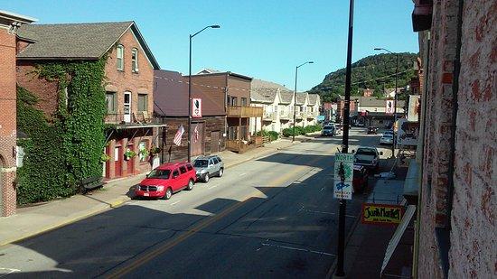 Blue Door Inn: View of Main Street from the balcony
