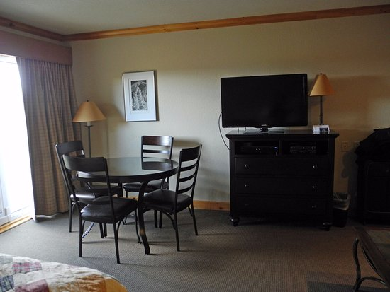Sandpoint, ID: Table, armoire, TV