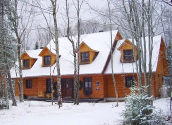 Lac-Superieur, Kanada: Tucked in the woods 1 km, from MOnt Tremblant