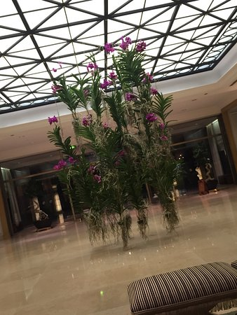 Four Seasons Hotel Ritz Lisbon: Always the flowers at four seasons are very special (entrance)