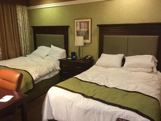 Broadway at Times Square Hotel: Quarto com duas camas de casal.