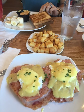 Broomall, PA: This place is awesome! I loved my eggs Benedict with the thin ham.