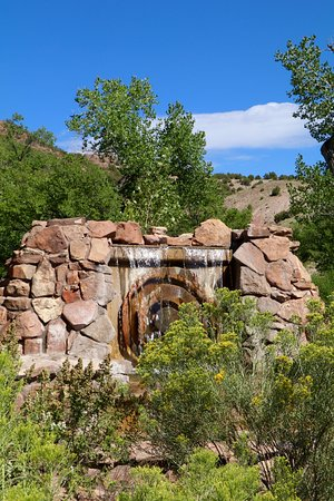 Ojo Caliente Mineral Springs Spa: The waterfall at the entrance.