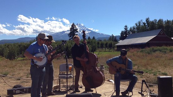 Parkdale, Oregón: Barnburners play bluegrass in Solera's backyard