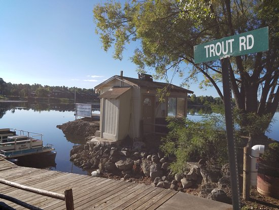 Rainbow Lake Resort: Bait shop and dock