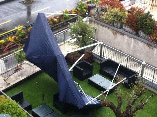 Hotel des Trois Couronnes: Toile de tente déplacée par le vent, toujours dans le même état 6 heures plus tard.....