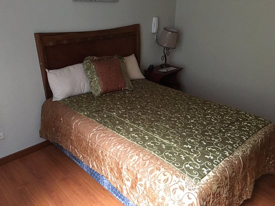 Hotel Los Balcones: Queen size bed