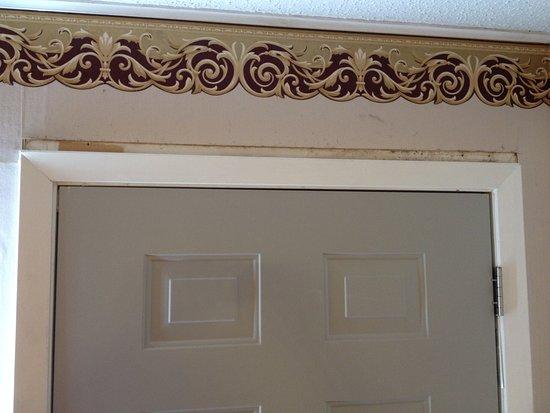 Belton, تكساس: Example of room condition (gap in wallpaper above door)
