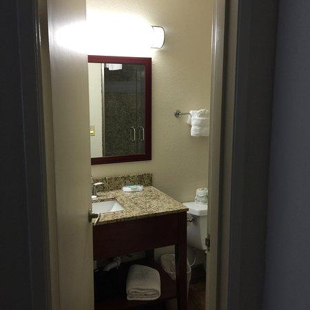 The Stevenson Monterey: Zwei Riesen Queensize Betten ein ausreichendes Bad mit ebenerdiger großer Duschkabine und LCD Fe
