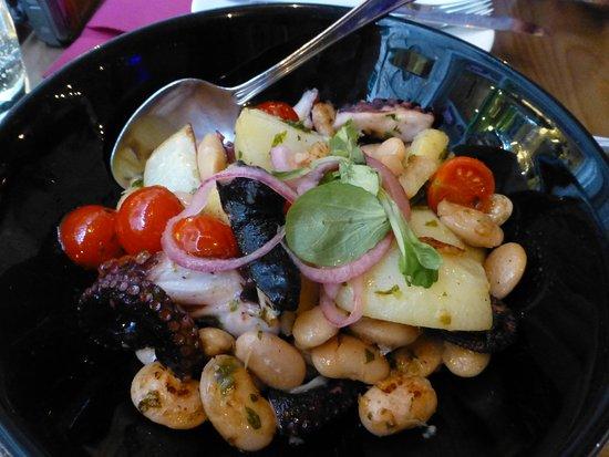 Zinfandel Food & Wine Bar: 暖かいタコサラダお豆さんたっぷり