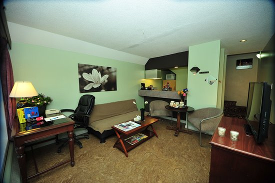 Whitecourt, Canadá: Spacious Condo Living Room and Kitchen