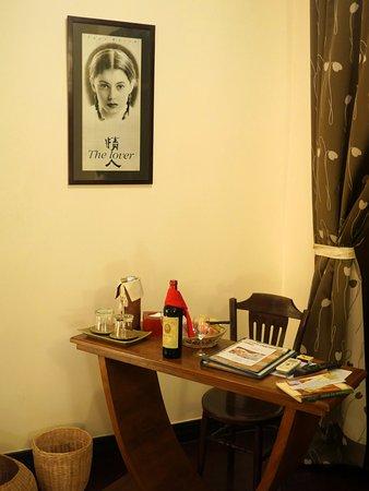 Pavillon d'Orient Boutique-Hotel: Espace bureau et vin rouge d'accueil