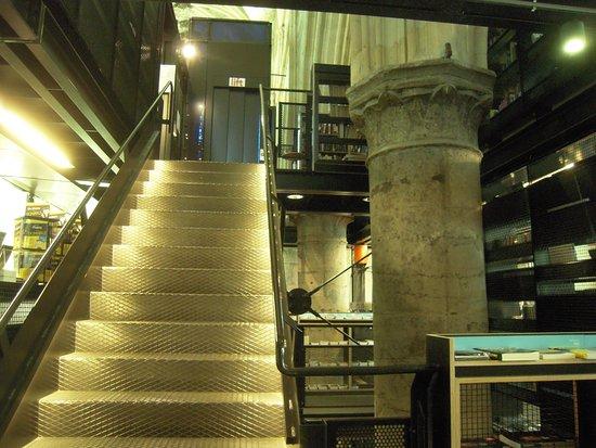 Modern trappa vid gammal stenpelare - Picture of Boekhandel ...