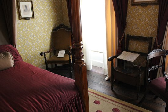 The Charles Dickens Museum: женская спальня