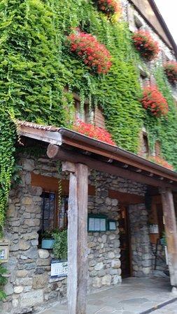 Hotel Restaurant du Port : L'ingresso fiorito