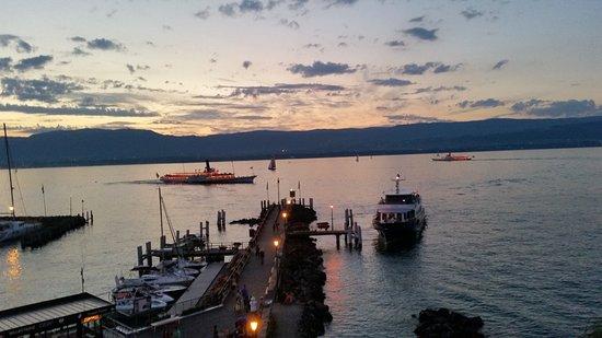 Hotel Restaurant du Port : Il lago Lemano di sera