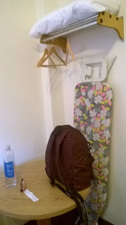 """armadio appendiabiti, ferro da stiro, cuscino e tavolino"""" - foto"""