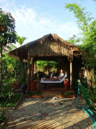 Lotus Lodge: Sous espace intime entre piscine et bar restaurant