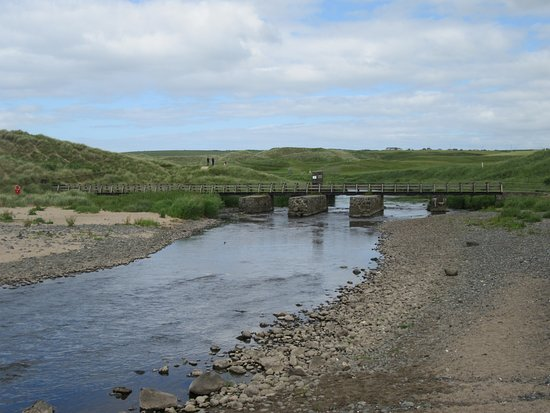 Portballintrae, UK: Little bridge down to the beach beside the golf course.