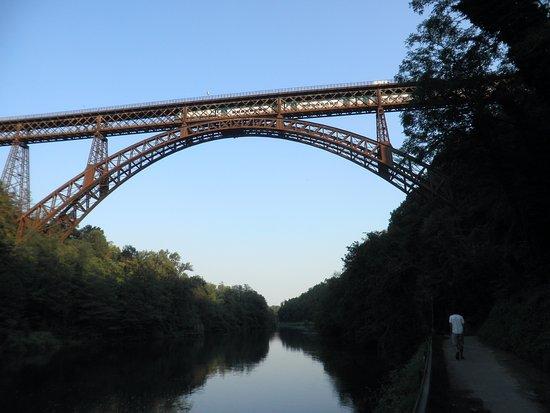 Paderno d'Adda, อิตาลี: Ponte di Paderno: passaggio del convoglio ferroviario