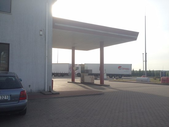 Pasvalieciai, Lithuania: Заправка по навесом справа от отеля