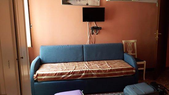 divano letto di fronte al letto matrimoniale - picture of alloggi ... - Divano Letto Matrimoniale